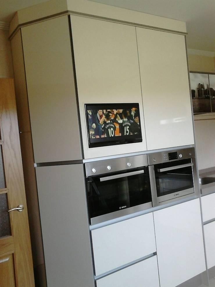 Integrar la TV en la cocina sin perder espacio.: Cocina de estilo  de SQ-Decoración