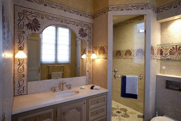 Salle de bains - Création originale: Salle de bain de style  par SIENNA MOSAICA