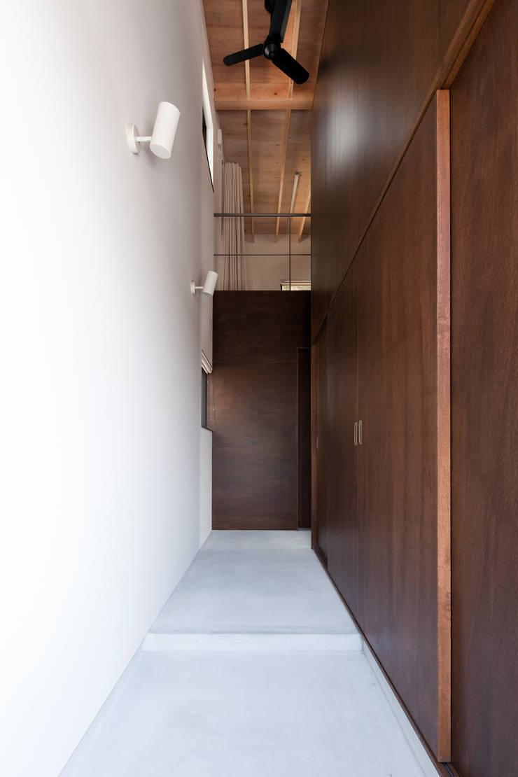 小和滝の家: 前原尚貴建築設計事務所/Naotaka Maehara Architectural Design Officeが手掛けた廊下 & 玄関です。,モダン