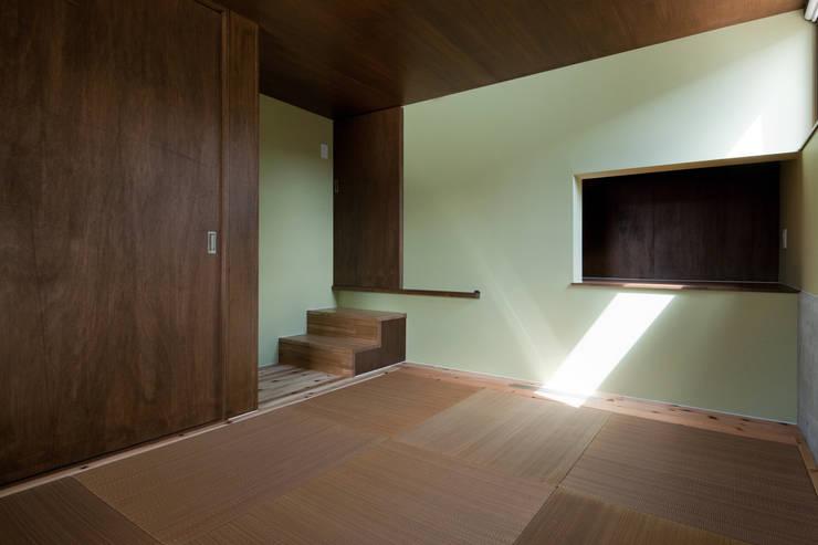 小和滝の家: 前原尚貴建築設計事務所/Naotaka Maehara Architectural Design Officeが手掛けた和室です。,モダン