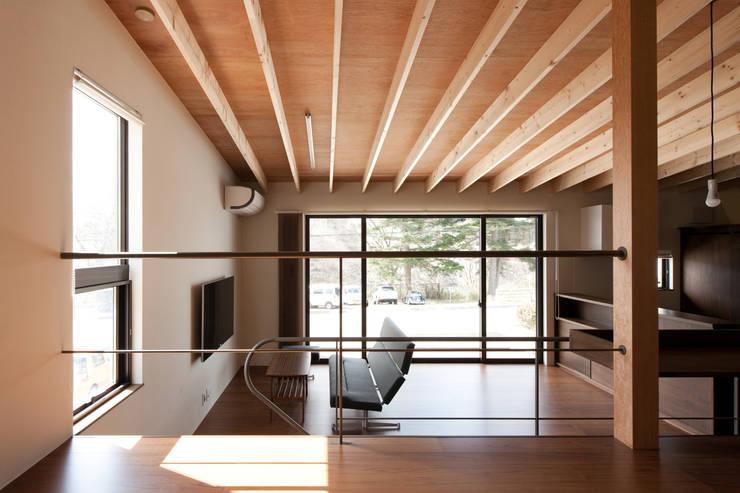小和滝の家: 前原尚貴建築設計事務所/Naotaka Maehara Architectural Design Officeが手掛けたリビングです。