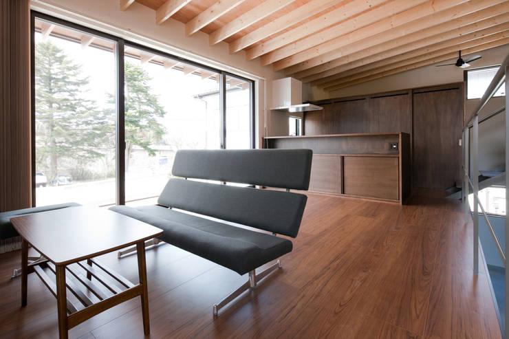 小和滝の家: 前原尚貴建築設計事務所/Naotaka Maehara Architectural Design Officeが手掛けたリビングです。,モダン