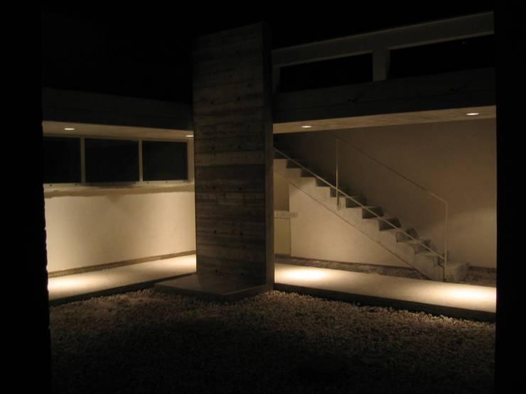 Garage B01: Garage / Hangar de style de style Moderne par 3B Architecture