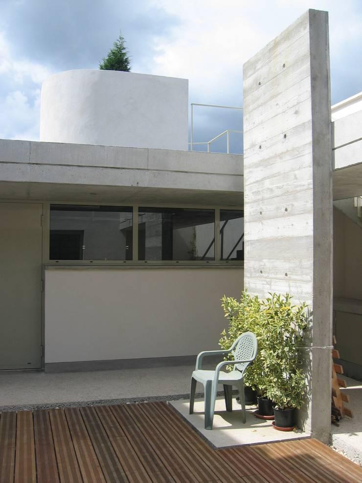 Garage B01: Garage / Hangar de style  par 3B Architecture