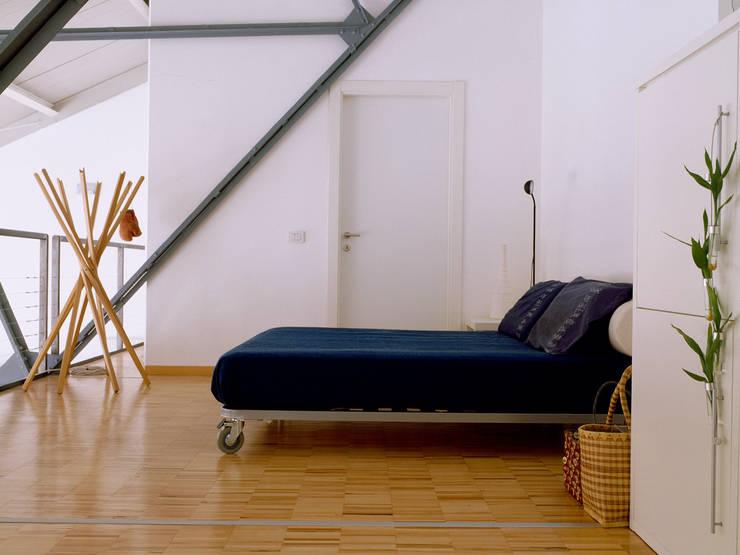 Loft Bianco - Paola Maré Interior Designer: Camera da letto in stile  di Paola Maré Interior Designer
