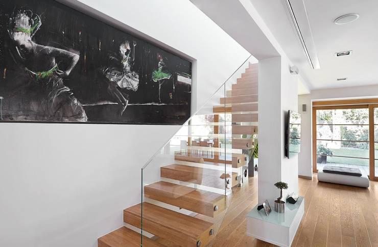 Pasillos y recibidores de estilo  por ARCHiPUNKTURA .architekci detalu