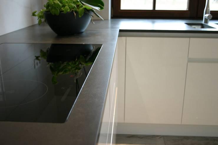 Blat kuchenny z konglomeratu kwarcowego Metropolis: styl , w kategorii Kuchnia zaprojektowany przez GRANMAR Borowa Góra - granit, marmur, konglomerat kwarcowy,Nowoczesny