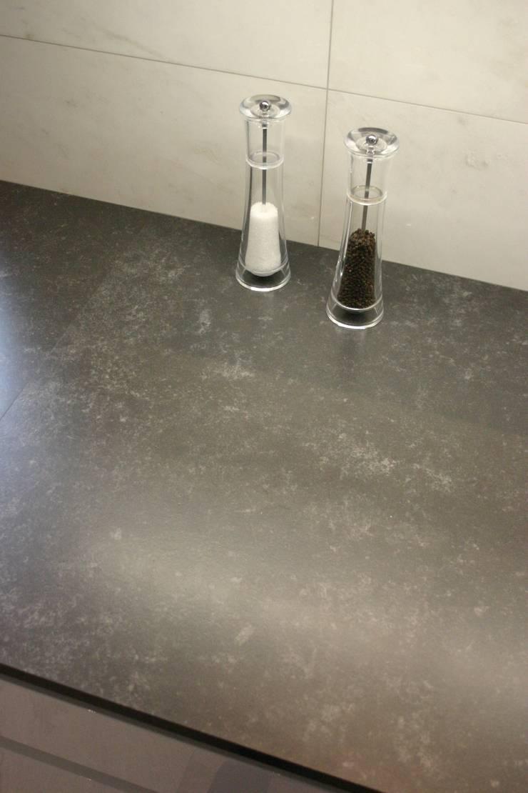 Metropolis Grey - blat kuchenny : styl , w kategorii Kuchnia zaprojektowany przez GRANMAR Borowa Góra - granit, marmur, konglomerat kwarcowy,Nowoczesny