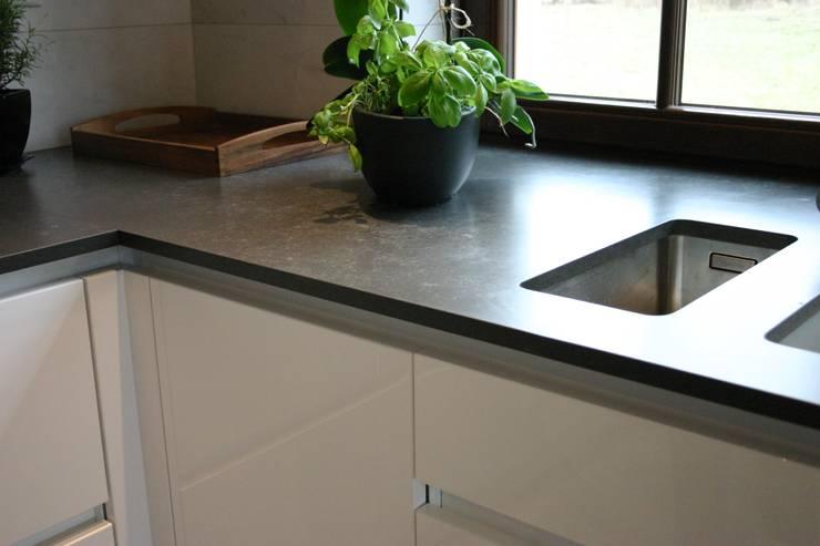Prosta obróbka blatu kuchennego Metropolis Grey : styl , w kategorii Kuchnia zaprojektowany przez GRANMAR Borowa Góra - granit, marmur, konglomerat kwarcowy,Industrialny