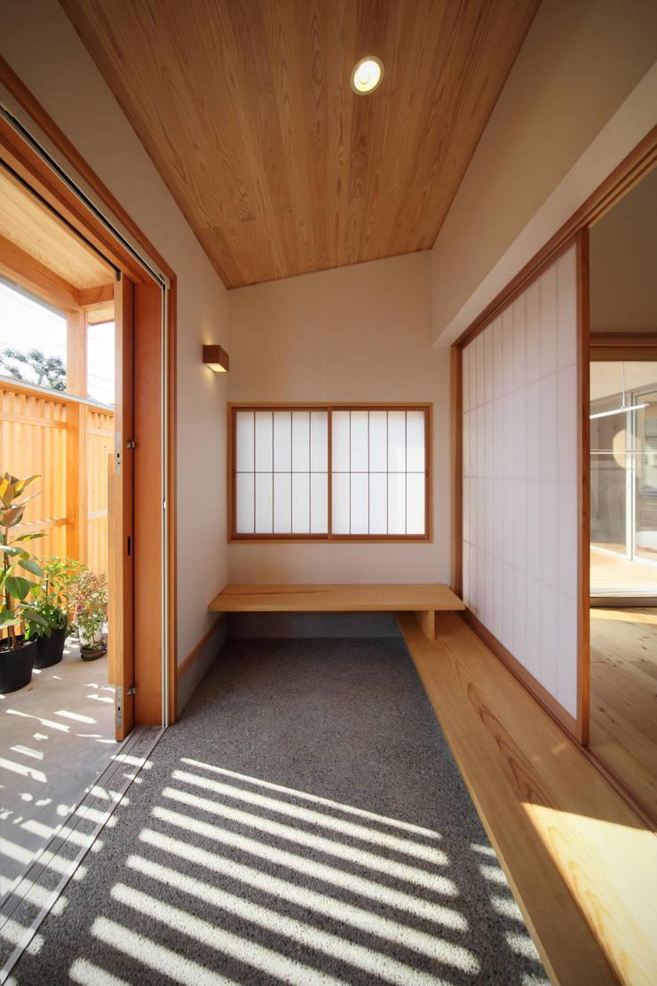 疏水の見える書斎のある家: ATELIER TAMAが手掛けた窓です。,オリジナル