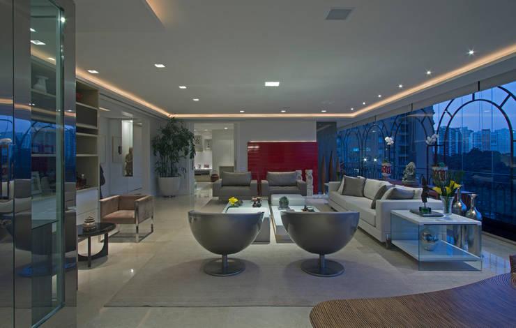 Apartamento Casal com filhos: Salas de estar  por Jóia Bergamo - Arquitetura e Design de Interiores