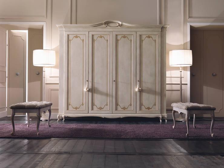 armadiature: Camera da letto in stile in stile Classico di Borgo Pitti