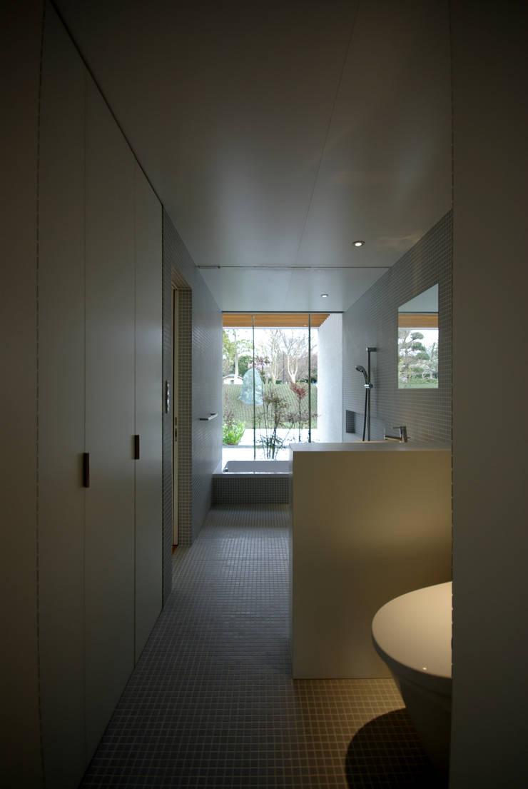 富士宮の家: CASE DESIGN STUDIOが手掛けた浴室です。