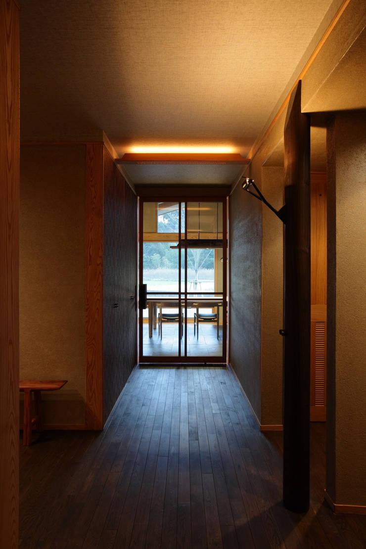 月見草の家: Schri Kakinumaが手掛けた廊下 & 玄関です。