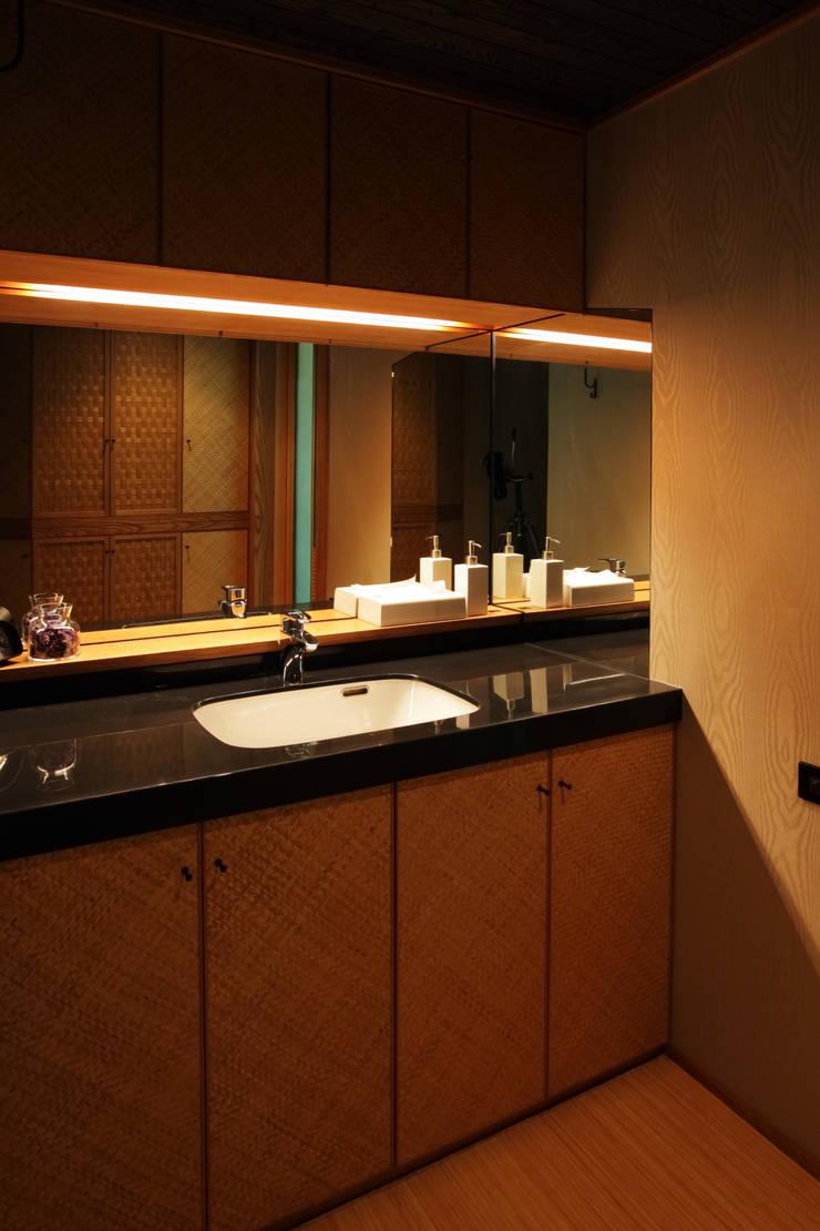 月見草の家: Schri Kakinumaが手掛けた浴室です。