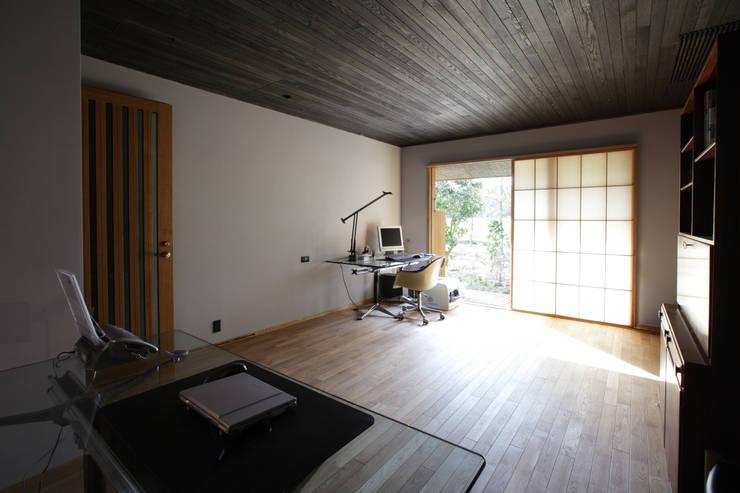 月見草の家: Schri Kakinumaが手掛けた和室です。