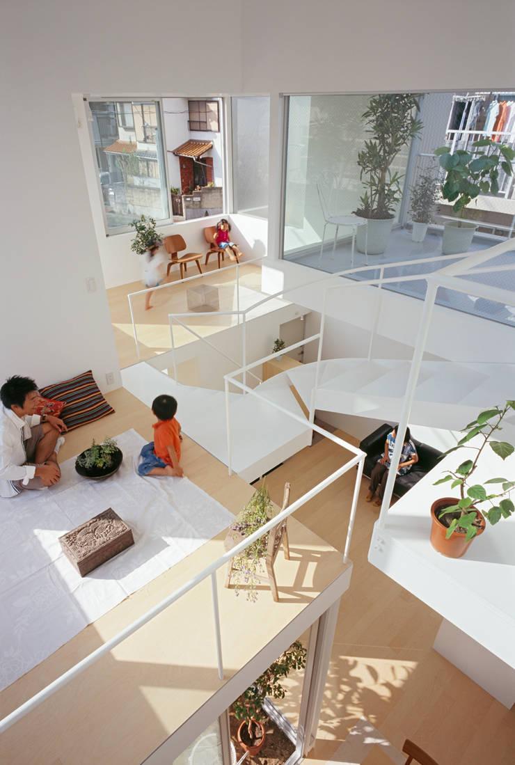 茶屋が坂の家: 近藤哲雄建築設計事務所が手掛けた廊下 & 玄関です。