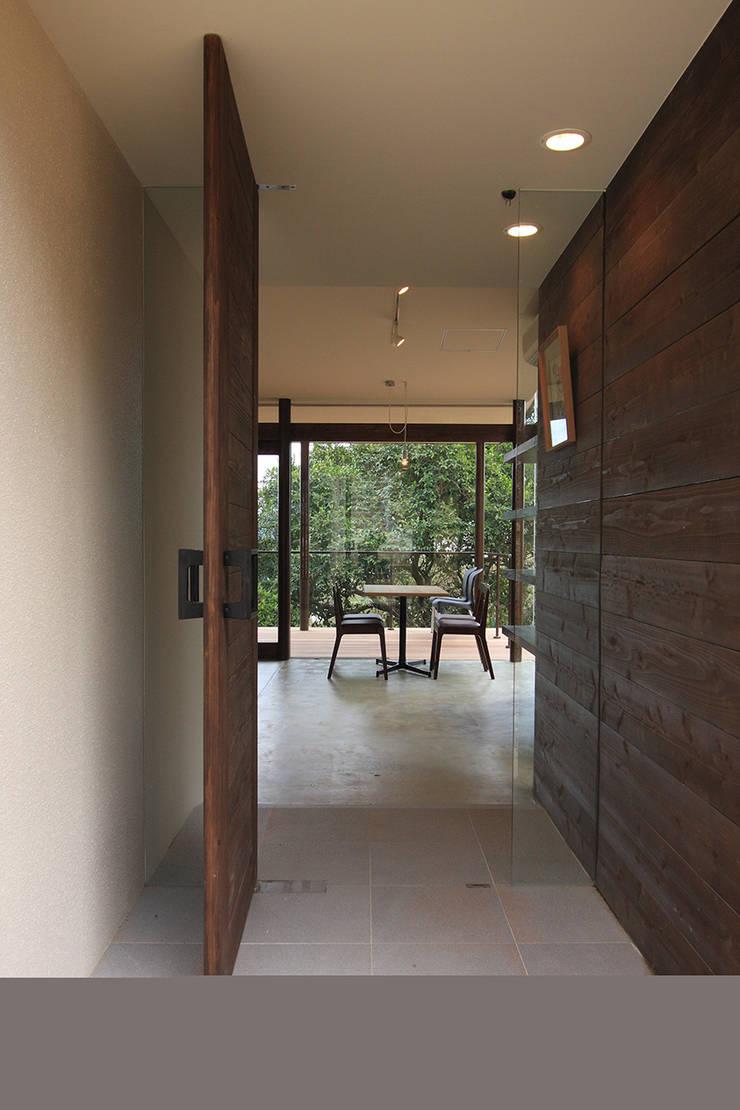 エントランス: InOUT architects/インアウトアーキテクツが手掛けた商業空間です。,ミニマル