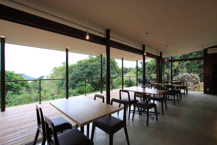 カフェ内観2: InOUT architects/インアウトアーキテクツが手掛けた商業空間です。,ミニマル