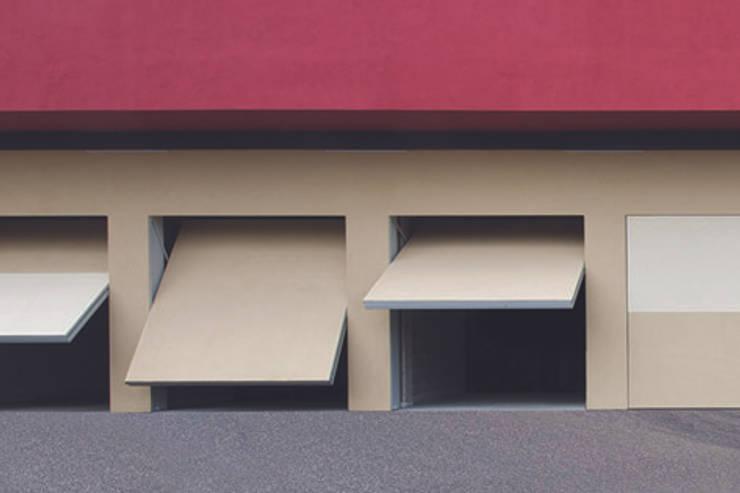 PORTONE INVISIBLE DE NARDI: Garage/Rimessa in stile  di de nardi