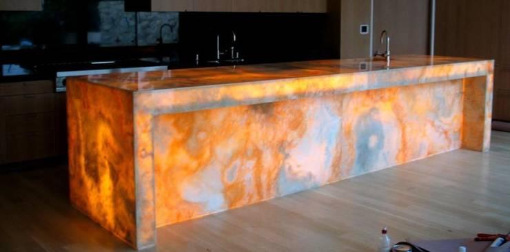 Backlit Onyx:  in stile  di Marmi di Carrara, Moderno
