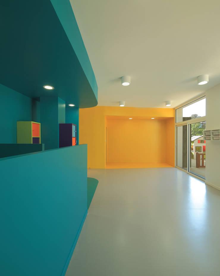 4 MICRO-CRÈCHES DE 10 BERCEAUX: Ecoles de style  par SCHEMAA