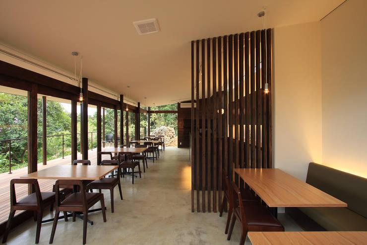 カフェ内観3: InOUT architects/インアウトアーキテクツが手掛けた商業空間です。,ミニマル