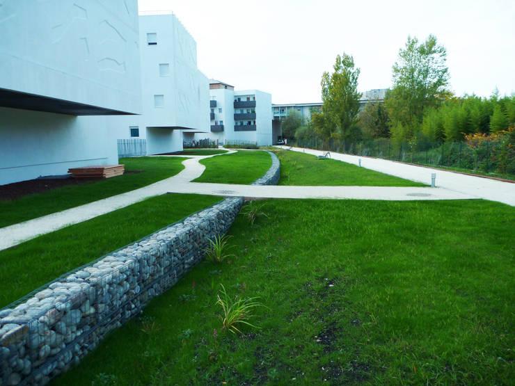 jardin collectif: Jardin de style  par Atelier du sablier