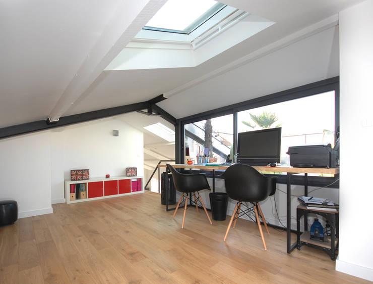 Des combles et une terrasse:  de style  par Studio d'archi