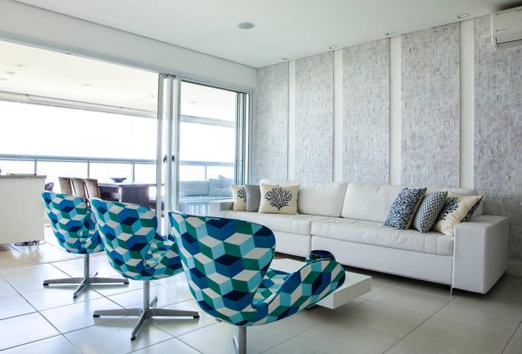 Apartamento Guarujá: Sala de estar  por Andréa Gonzaga