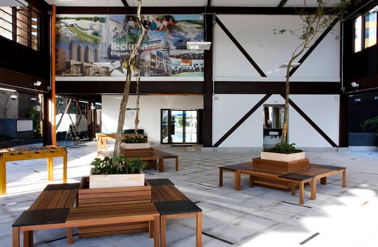 Edifício de Escritório: Escritório e loja  por Andréa Gonzaga,