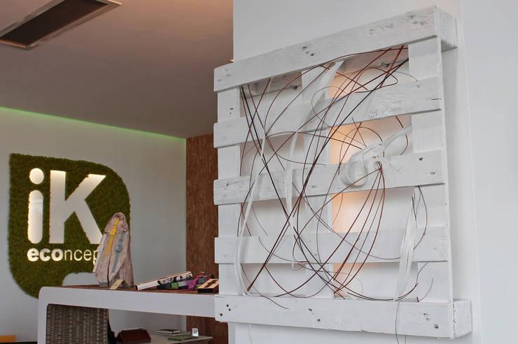 LEAF PALLEKT: Soggiorno in stile  di Arch. Laura Cera | KERA ecodesign