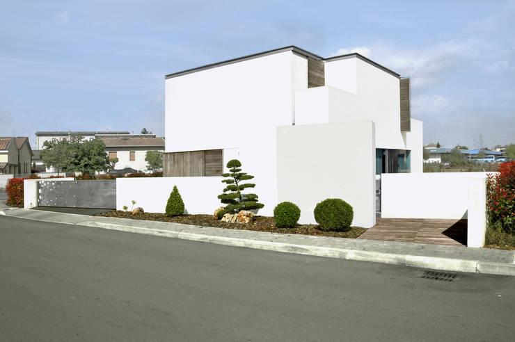 Casas de estilo moderno por tissellistudioarchitetti