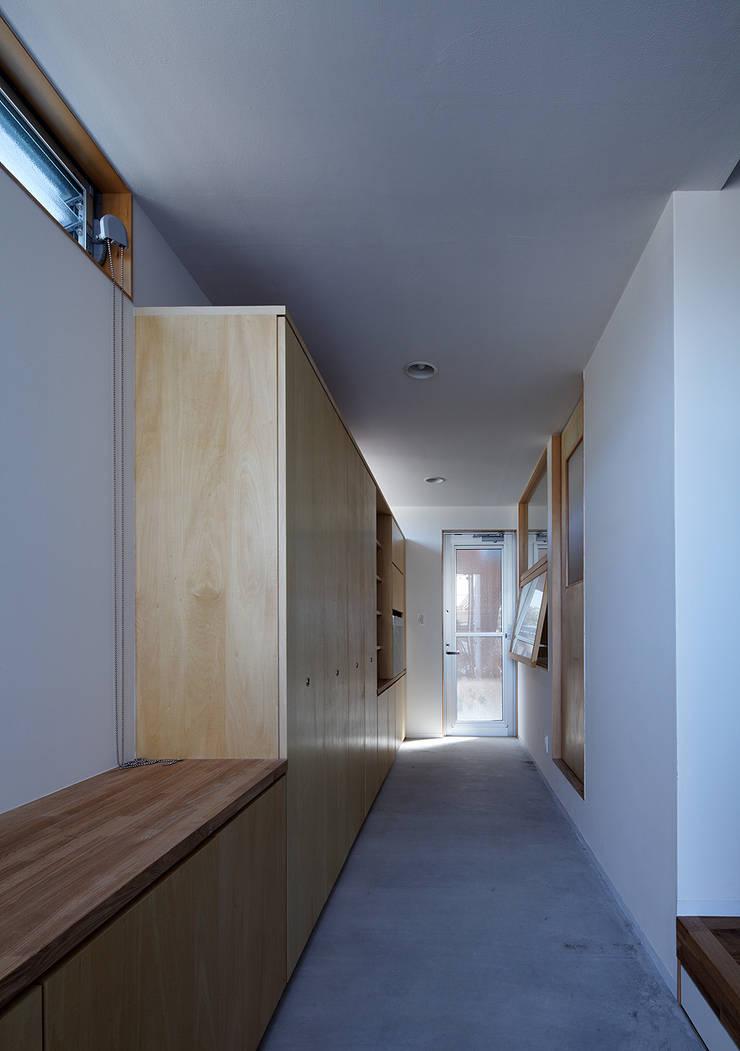 宇佐の家: 俵・小畠建築設計事務所  / Tawara・Obatake Architect & Associatesが手掛けた廊下 & 玄関です。