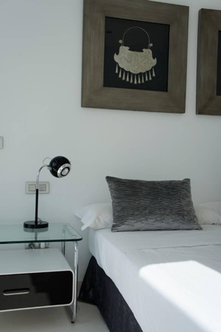 Apartamento Ibiza: Dormitorios de estilo  de Isa de Luca