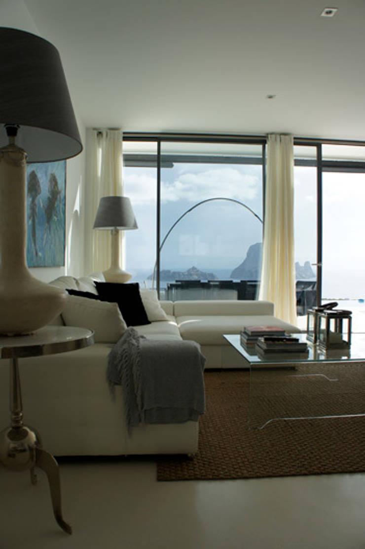 Interiorismo apartamento Ibiza: Salones de estilo  de Isa de Luca