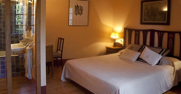 Interiorismo vivienda Empordán: Dormitorios de estilo  de Isa de Luca