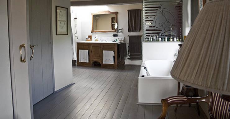 Interiorismo vivienda Empordán: Baños de estilo  de Isa de Luca