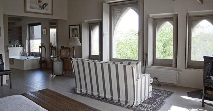 Interiorismo vivienda Empordán: Salones de estilo  de Isa de Luca