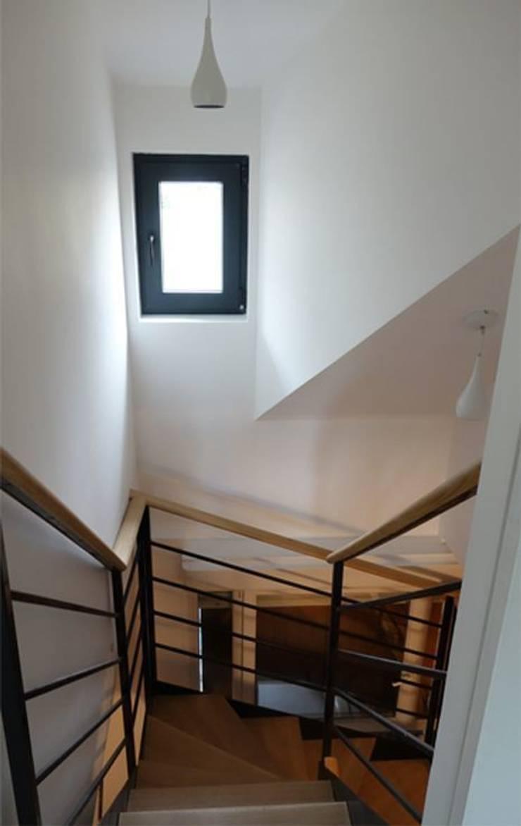 Nouvel escalier: Maisons de style  par CRISS CROSSING