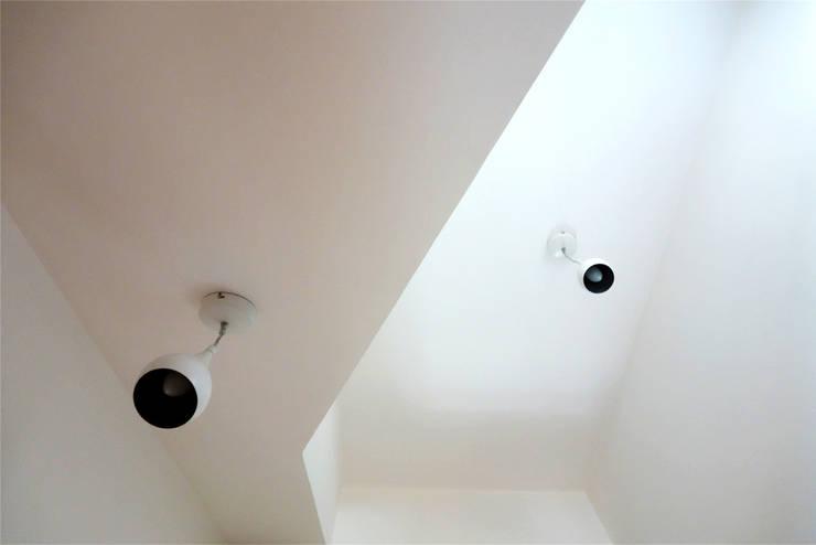 le plafond se déforme pour laisser passer l'escalier: Maisons de style  par CRISS CROSSING