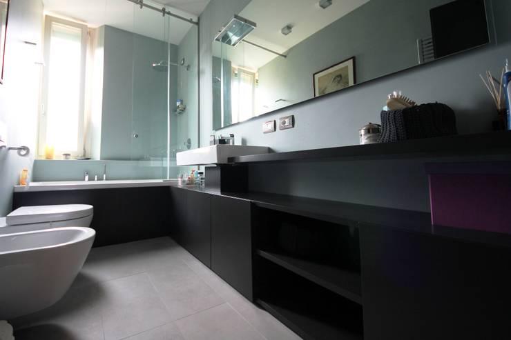 Bagno principale laccato grigio: Bagno in stile  di Falegnameria Ferrari