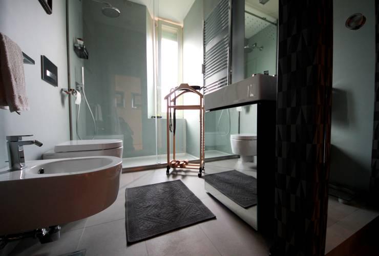 Bagno di servizio laccato grigio: Bagno in stile  di Falegnameria Ferrari