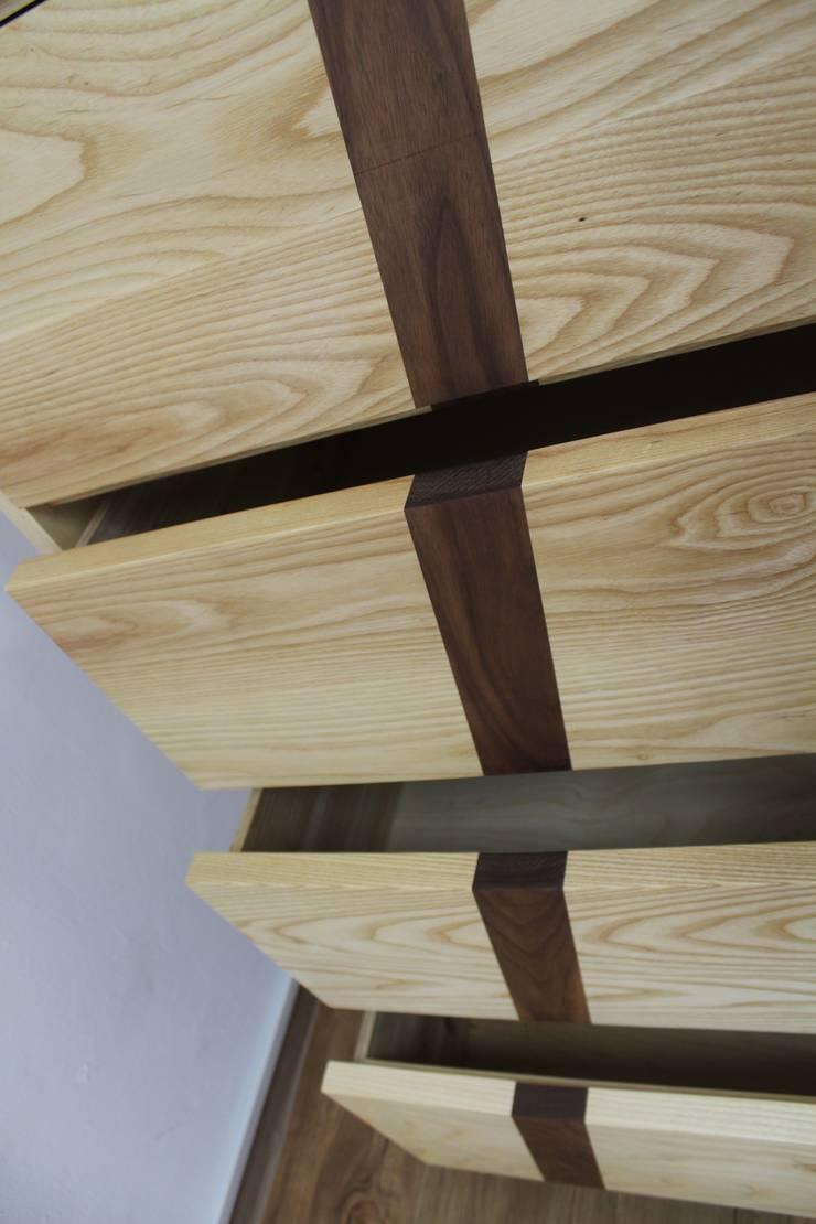 5단서랍장: woodpage3의  드레싱 룸
