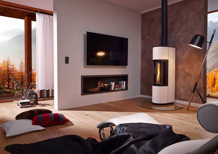 Stufe a legna CERA DESIGN: Soggiorno in stile  di MaisonFire