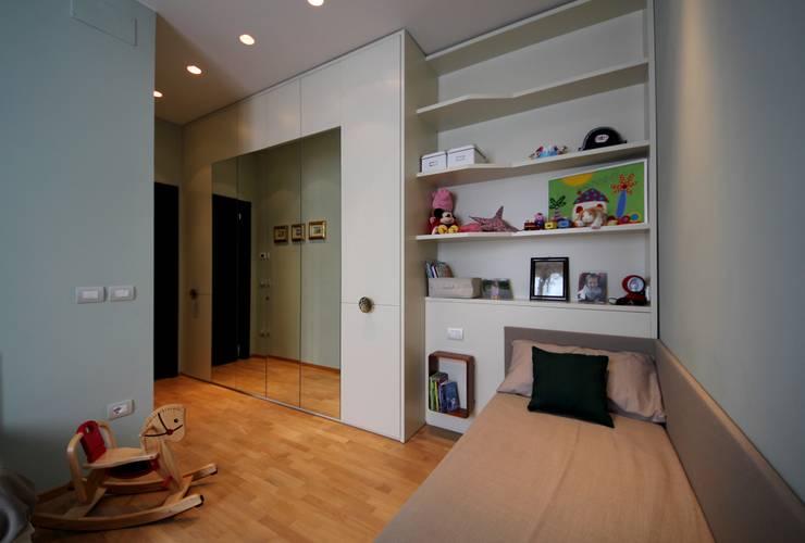 Cameretta 1013: Camera da letto in stile  di Falegnameria Ferrari