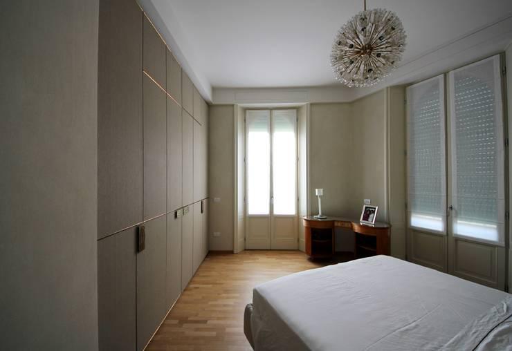 Camera Matrimoniale: Camera da letto in stile  di Falegnameria Ferrari