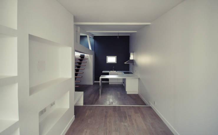 Division d'un appartement parisien en 2 duplex: Maisons de style  par BPXE