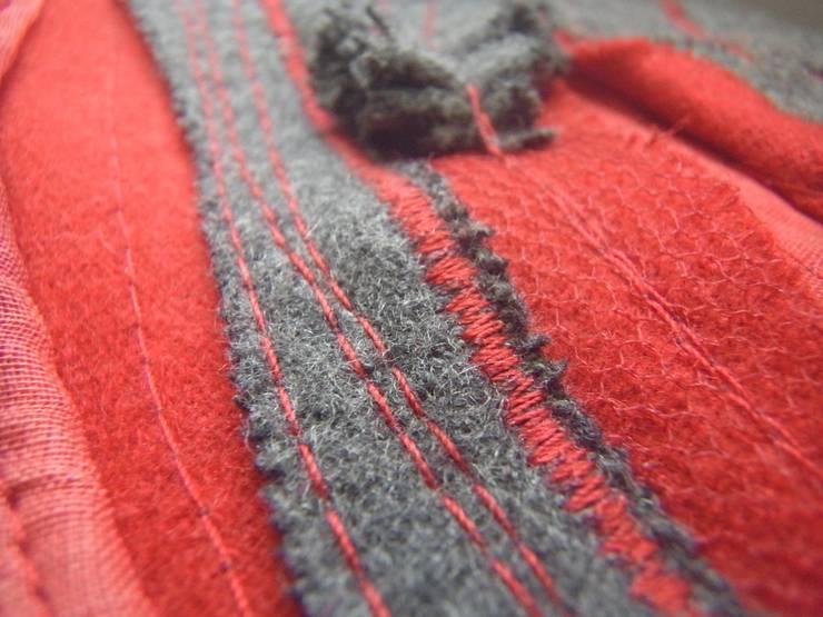 Coussin Rouge et Gris <q>la douceur au fil des plis</q>: Maison de style  par Paola Design Textile