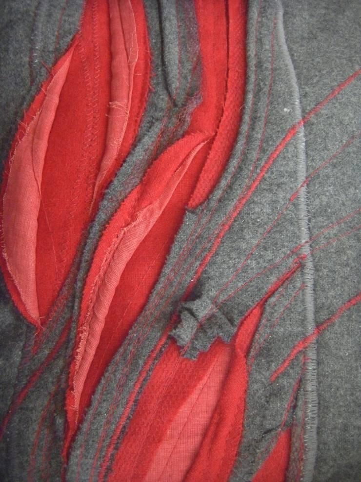 """Coussin Rouge et Gris """"la douceur au fil des plis"""": Maison de style  par Paola Design Textile"""